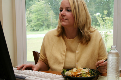 woman-eating-salad-at-work